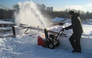 Очистка плоской крыши от снега