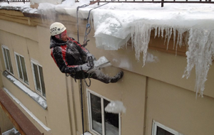 Сбивание снега и наледи жилого дома